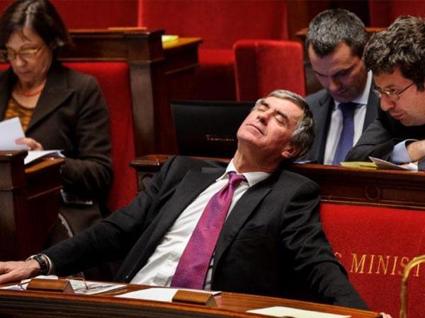 un-politicien-en-train-de-dormir