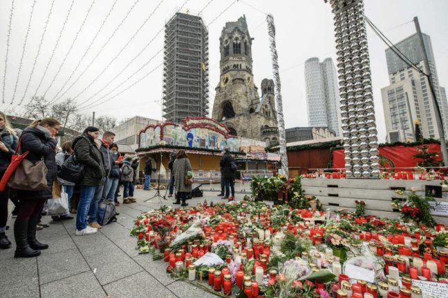 les-fleurs-et-hommages-affluent-a-berlin-devant-l-eglise-du-souvenir-afp