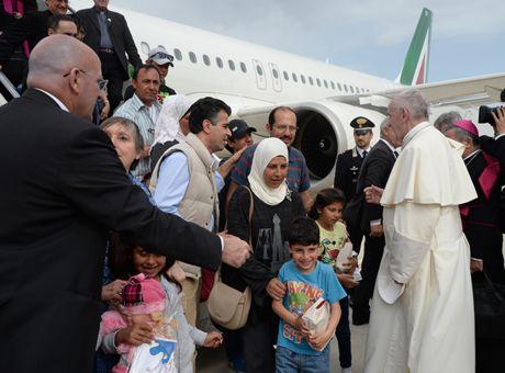 migrants-comment-le-pape-a-choisi-les-12-personnes-qu-il-ramene-au-vatican-video