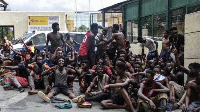 Des-migrants-après-avoir-mis-le-pied-sur-le-sol-de-Ceuta